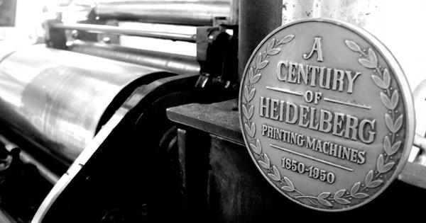 Placa conmemorativa de los cien años de la marca Heidelberg, de 1850 a 1950.